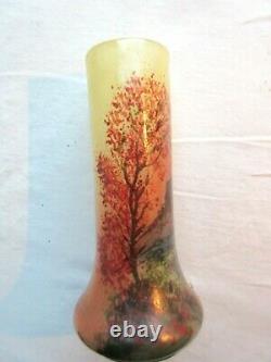 Ancien petit vase en pâte de verre signé LEGRAS, Village entre de grands arbres