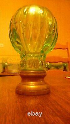 BOULE D'ESCALIER ANCIENNE EN VERRE OURALINE / URANIUM GLASS / très bon état