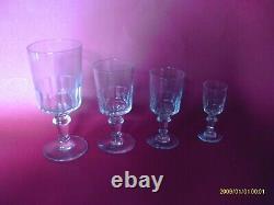 Partie de service de verres à pied anciens