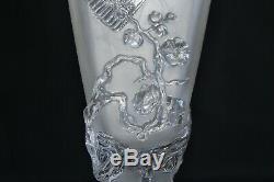 Rare paire de vases anciens en cristal moulé signé Baccarat, décor Japonnais