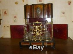 Service ancien à liqueur avec les verres et flacons en cristal Bel objet