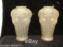 Superbe ancienne, importante paire de vase en verre moulé, satiné, décor fleuri